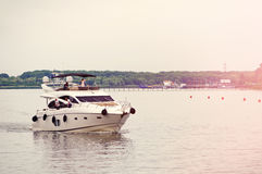 Yacht privato sul fiume Don Vista dall'argine Rostov-On-Don, Russia 28 GIUGNO 2016 Fotografia Stock Libera da Diritti