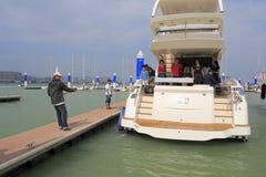 Yacht reach shore Royalty Free Stock Photography