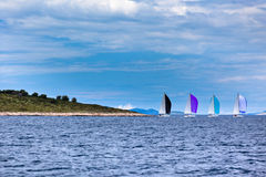 Yacht a regata no mar de adriático no tempo ventoso imagens de stock