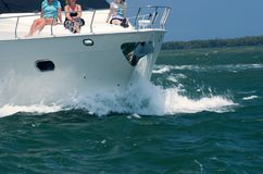 Yacht rilegato della famiglia dell'oceano fotografia stock