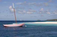 Yacht rose - vue d'île de paume - les Caraïbe. Photos libres de droits