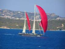 Yacht rosso delle vele Fotografia Stock Libera da Diritti