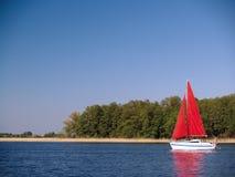 Yacht rouge de voile Images stock