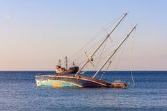 Yacht-Schiffbruch und ein Segelboot Lizenzfreie Stockfotografie