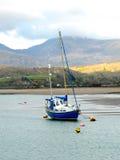 Yacht se reposant échoué au Pays de Galles image libre de droits