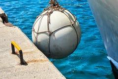 Yacht se tenant sur le dock Image libre de droits