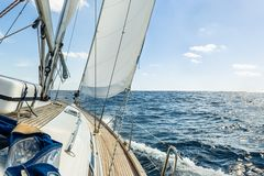 Yacht Segel im Atlantik an der sonniger Tageskreuzfahrt stockfoto