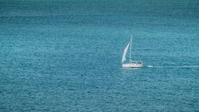 Yacht-Segeln auf blauem Ozean Stockfotos