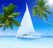 Yacht-Segeln in einem Meer mit Kokosnuss-Palmen durch die Seite Stockbilder