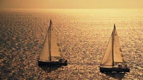 Yacht-Segeln gegen Sonnenuntergang Segelboot Luxusyacht segeln ferien HD stock video footage