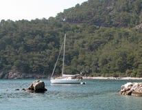Yacht Segeln nahe einer Küstenlinie von einer Insel Adriatisches Meer des Mittelmeerraumes Kroatischer Riviera Dalmatinische Regi Stockbild