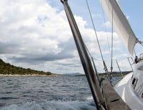 Yacht Segeln nahe einer Küstenlinie von einer Insel Adriatisches Meer des Mittelmeerraumes Kroatischer Riviera Dalmatinische Regi Stockfoto