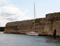 Yacht Segeln nahe einer Küstenlinie von einer Insel Adriatisches Meer des Mittelmeerraumes Kroatischer Riviera Dalmatinische Regi Stockbilder