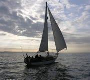 Yacht segelt am Abend Stockfoto