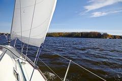 Yacht. Segla på sjön i solig dag för höst. Arkivfoto