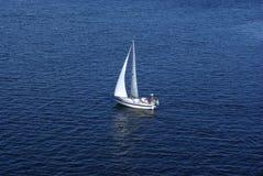 Yacht solo con la vela bianca Fotografia Stock Libera da Diritti