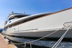 Yacht som ankras i port Pierre Canto i Cannes Arkivfoto