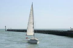 Yacht som att närma sig Littlehampton england Arkivfoto