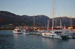 Yacht som förtöjas i marina för solnedgång` s Royaltyfri Bild