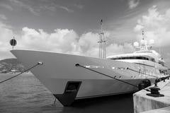Yacht som förtöjas i philipsburg, sint maarten Sänd på havspir på molnig blå himmel Lyxigt lopp på yachten, reslust arkivfoton