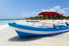 Yacht som förtöjas i Playa Paraiso, Mexico Royaltyfri Fotografi