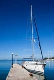 Yacht som förtöjas i porten Royaltyfri Foto