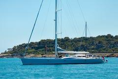 Yacht som förtöjas nära den Cannes kusten Arkivfoto