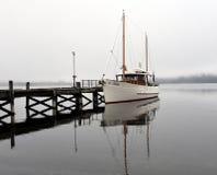 Yacht som förtöjas på sjön Te Anau Royaltyfri Foto