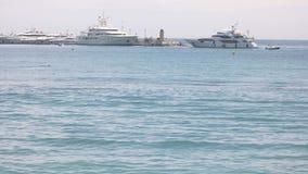 Yacht som flyttar sig till kusten lager videofilmer
