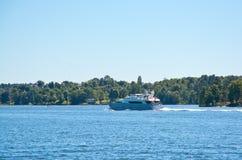 Yacht som rusar på sjön Malaren Arkivfoton