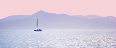 Yacht som seglar över havet arkivbilder