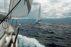 Yacht som springer på havet i molnigt väder royaltyfria bilder
