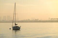 Yacht am Sonnenaufgang Lizenzfreies Stockbild