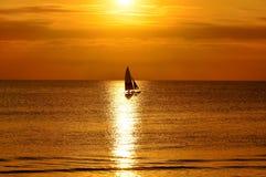 Yacht am Sonnenuntergang Stockfotos
