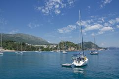 Yacht - spiaggia di Valtos - Parga marino ionico, Prevesa, Epiro, Grecia fotografia stock
