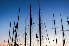 Yacht su acqua al pilastro al tramonto Fotografie Stock