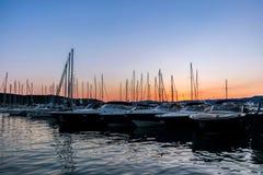 Yacht su acqua al pilastro al tramonto Fotografia Stock