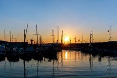 Yacht su acqua al pilastro al tramonto Immagini Stock Libere da Diritti