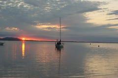 Yacht su acqua blu al tramonto fotografia stock libera da diritti