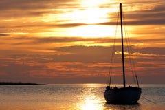 Yacht su un ancoraggio su una priorità bassa della s venente Fotografie Stock Libere da Diritti