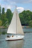 Yacht sul fiume fotografie stock libere da diritti