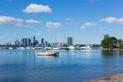 Yacht sul lago nel porto davanti allo skylin immagini stock libere da diritti