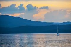 yacht sul lago nella sera Fotografia Stock Libera da Diritti