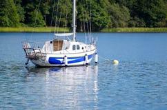 Yacht sul lago Plateliai, Lituania immagine stock libera da diritti