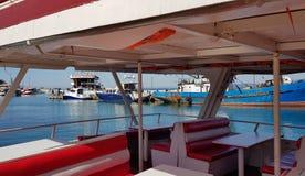 Yacht sulla banchina nel porto immagine stock