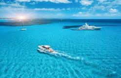 Yacht sulla spiaggia azzurrata in Balearic Island al tramonto fotografia stock libera da diritti