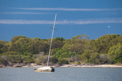 Yacht Sunken vicino a Gold Coast Immagine Stock