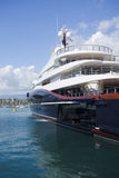 Yacht superbe avec la pièce pour des skis de jet Photographie stock libre de droits