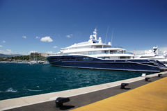 Yacht superbe dans Antible Images stock