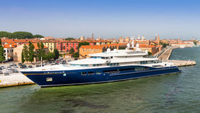 Yacht superbe de moteur amarré à Venise Photographie stock libre de droits